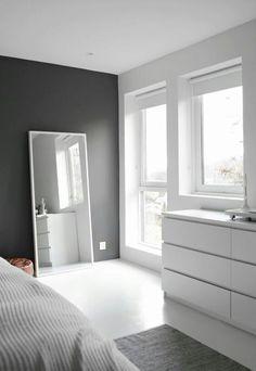 Parede preta e espelho branco encostado