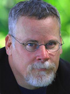 Michael Connelly nasce a Philadelphia, in Pennsylvania (USA), il giorno 21 luglio 1956. Decide di diventare scrittore già quando è uno studente presso la Università della Florida, dopo essere rimasto folgorato dai romanzi di Raymond Chandler. Frequenta corsi di giornalismo e di scrittura creativa; tra is suoi docenti c'è il celebre scrittore Harry Crews. Consegue la laurea nel 1980, poi inizia a...