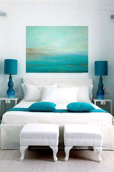 Une chambre en blanc et turquoise nous transporte pendant les jours d'été près de la mer