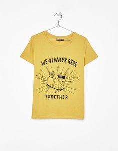 T-shirt com mensagem. Descubra esta e muitas outras roupas na Bershka com novos artigos cada semana