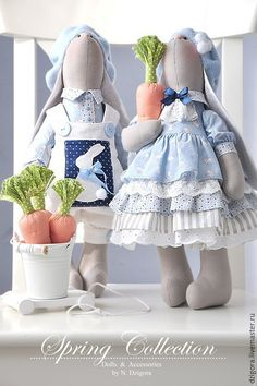 Купить или заказать Грэй и Грэтта. Текстильные игрушки зайцы в интернет-магазине на Ярмарке Мастеров. Эту парочку серых заек, важно позирующих на стуле, зовут Грэй и Грэтта. Ростом зайки чуть больше 40 см, сшиты из плотного хлопка, наполнены холлофайбером. Грэй одет в рубашку нежно - голубого цвета с забавным принтом в виде крохотных зайчат, модный вельветовый комбинезон с большими пуговицами и накладным нагрудным карманом с аппликацией в виде белого зайчонка, на головке флисовый берет с…