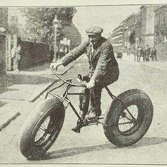 An original fat bike. Velo Retro, Velo Vintage, Vintage Cycles, Vintage Bikes, Old Bicycle, Bicycle Art, Old Bikes, Fat Bike, Velo Design