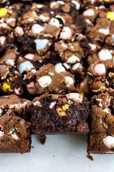 cadbury mini egg brownies - Pass the Cookies Mini Brownies, Chewy Brownies, No Bake Brownies, Chocolate Brownies, Cadbury Brownies, Mini Egg Recipes, Fun Baking Recipes, Yummy Recipes, Free Recipes
