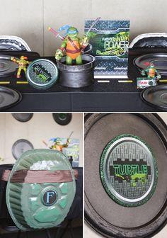 Super creativo para esta fiesta de las Tortugas Mutantes Ninja el utilizar platos desechables de aluminio decorados como parte de la ambientación de la fiesta haciéndolos lucir como caparazones.