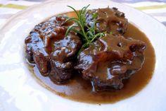 Si bien la Receta de rabo de toro es algo laboriosa, sólo el placer de degustar este plato típico del recetario tradicional, merece la pena.