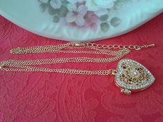 Colar Relicário Coração Dourado. Super delicado e feminino. <br> <br>Medida da Corrente: 76cm <br>Medida do Pingente: 2,5cm