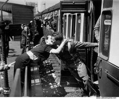 love photography couple kissing Black and White old romance kiss london england california new york 1950 WWII war 1935 world war 2 1940 trains 1945 old Photos