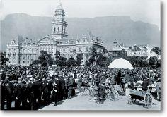 n Dag in die geskiedenis van Tafelberg.Die Parade in Kaapstad in 1913 met die tydelose berg op die agtergrond. Back In Time, Tiana, Cape Town, South Africa, Paris Skyline, History, Heart, Travel, Africans