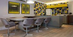 Nesta parede os ladrilhos desenhados foram alternados com ladrilhos de cores únicas deixando a cozinha moderna. Projeto do escritório Decora Click.
