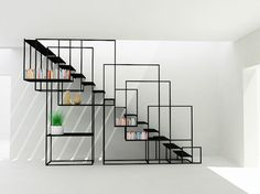 Bellissima idea di scala moderna con un utile sistema di scaffalature create dal corrimano