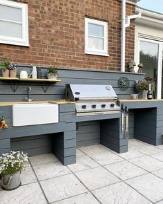 Is this not the bbq area of dreams? @the_house_acc transformed her outdoor space using our Blackjack shade to spruce up her bbq handles! Want to steal her style? Try our Greyhound hue to replicate her BBQ backdrop #hastobefrenchic  #BBQmakeover #BBQdecor #gardeninspiration #gardenideas #BBQideas #prettygardenideas #alfrescodecor #alfrescoideas #upcycle #beautifulgardenideas
