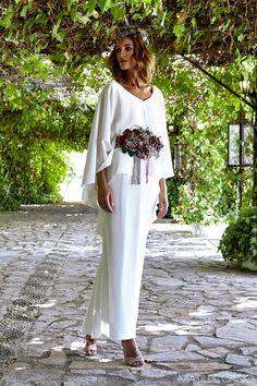 Vestidos de novia. Colección 2017. Vestido en crepe con capelina
