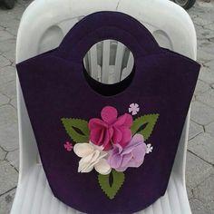 Felt bag Felt Diy, Felt Crafts, Fabric Crafts, Handmade Purses, Handmade Handbags, Felt Case, Felt Sheets, Creative Class, Diy Tote Bag