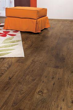 Pardoseală din vinyl de nuanţă închisă, cu efect de lemn, cu model rustic de duşumea şi sistem de îmbinare cu click. Compact, Hardwood Floors, Flooring, Modern, Crafts, Wood Floor Tiles, Wood Flooring, Trendy Tree, Manualidades