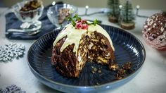 No cooking. Give your fridge cake a festive twist by setting it in a pudding bowl and topping with white chocolate. Christmas Party Food, Xmas Food, Christmas Pudding, Christmas Cooking, Christmas Desserts, Christmas Treats, Christmas Recipes, Christmas Foods, Holiday Recipes