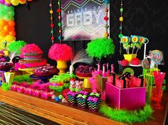 See our tips on how to create a neon decoration for your party or amazing home! And more than 91 wonderful pictures in our gallery for you to inspire. Neon Birthday, 13th Birthday Parties, Adult Birthday Party, 40th Birthday, Glow Party Decorations, Party Themes, Party Ideas, Blacklight Party, Troll Party