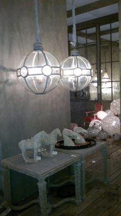Lámparas de techo de cristal, a pesar de su tamaño, no recargan el ambiente gracias a su material. El binomio queda espectacular