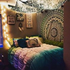I wish that I could do this with my room!! this is probably my favorite room decor type idea