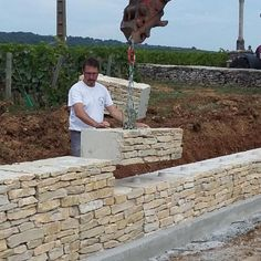 Mur en pierre – ECOmuret® – Actualités – How To Build a Fence Frame Wall Collage, Stone Wall Design, Building A Fence, Stone Houses, Ship Lap Walls, Concrete Wall, Backyard Landscaping, Landscaping Retaining Walls, Garden Paths