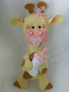 Linda Girafinha bebê com chupetinha em feltro, mamadeira e aplicação de lacinho na cabeça. Uma gracinha para decorar o quartinho da sua bebê, ou até mesmo uma festinha com o tema safári. R$ 23,00