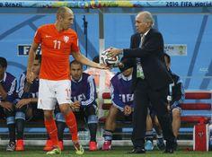 Holanda - Argentina: El seleccionador argentino Alejandro Sabella entrega la pelota al delantero holandés Arjen Robben.