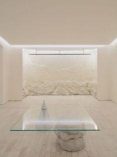 """Conçue par le studio Labotory, la nouvelle boutique à Séoul de la marque coréenne de vêtements haut de gamme READY2WEAR combine des textures et des matériaux contrastés. """"Ce lieu doit mettre en valeur la qualité des produits de la marque READY2WEAR, tout en apportant une sensation de tranquillité à l'expérience d'achat des clients."""" Le design général du showroom a été inspiré par les formes abstraites et simplifiées présentes dans les œuvres du sculpteur roumain Constantin Brancusi. """"Nous..."""