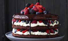 Chocoladetaart met roodfruit Recept: Een plaatje en ook nog eens ontzettend lekker. Deze choco kokos taart is gevuld met witte chocolade crème en versierd met vers rood fruit. - Een van de 500 lekkere Dr. Oetker recepten!