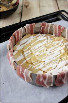Gâteau de pommes de terre enlardé - 1 kg de pommes de terre à chair ferme, 13 à 14 tranches de lard fumé, 3-4 cs de crème fraîche épaisse, sel, poivre, thym séché