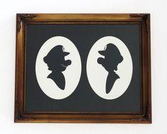 Olly Moss découpe des silhouettes de personnages célèbres, de fiction ou non, dans du papier et les encadres.