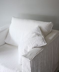 White slip covered sofa ideas to makes your room more comfortable 01 World Of Interiors, Linen Couch, White Sofas, Sofa Covers, Cheap Home Decor, Slipcovers, Bed Pillows, Interior Design, Interior Colors