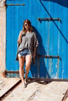 """Nina vom Blog """"Berries and Passion"""" zeigt uns Ihren Boho Look. Zum Fransen-Poncho kombiniert sie Shorts und Tuch. Den Look gibt's jetzt bei Ernsting's family. #boho #hippie #fashion #blogger #outfit #ef_ibiza"""