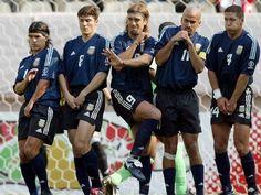 Argentinos Ortega, Zanetti, Batistuta, Verón e Simeone se protegem na barreira durante a Copa de 2002