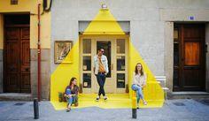 """Фотографии этого кафе, благодаря необычному дизайнерскому оформлению фасада, обошли весь мир и миллионы раз скопированы в соцсетях. Но вот где это кафе находится, знают немногие. Зато мы знаем, и подскажем вам адресок: Мадрид, Calle Lope de Vega 7 (самый центр города, недалеко от музея Прадо) Кафе называется """"Rayen Vegano"""". Блюда здесь исключительно вегетарианские, причем отлично приготовленные. Советуем."""