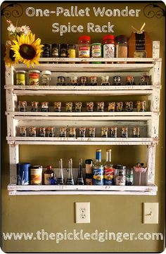 One-Pallet Wonder - Spice Rack I think I could probably function optimally if I had the luxury of hibernating all year long, awaking only for the fall season. Pallet Crafts, Diy Pallet Projects, Home Projects, Wooden Projects, Pallet Ideas, Pallet Spice Rack, Diy Spice Rack, Seasoning Rack, Small Kitchens