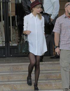 Taylor Swift es todo un referente del estilo lady, pero sin duda nos quedamos con este look de estilo masculino. La cantante country apuesta por una camisa blanca básica de hombre, sombrero burgundy y zapatos planos en negro. Nos encanta el toque de las medias de topos.