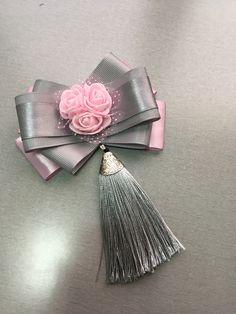 Cute bow ties con las Flores que vienen por ramitos Ribbon Jewelry, Ribbon Hair Bows, Diy Ribbon, Ribbon Work, Fabric Jewelry, Ribbon Crafts, Fabric Crafts, Women Bow Tie, Diy Hair Accessories