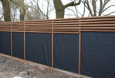 House Plant Maintenance Tips Schutting Van Plato-Hout En Worteldoek Diy Fence, Backyard Fences, Garden Fencing, Backyard Landscaping, Fence Ideas, Garden Gate, Carport Ideas, Carport Designs, Wooden Fence