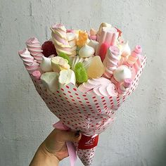 Candy Bouquet Diy, Food Bouquet, Diy Bouquet, Presents For Best Friends, Birthday Gifts For Best Friend, Fruit Flower Basket, Creative Gift Baskets, Friendship Day Gifts, Candy Arrangements