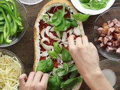 Mach dein Brot zur Pizza! Und das alles in nur wenigen, unkomplizierten Schritten: Aushöhlen, Lieblingszutaten rein und ab in den Ofen.