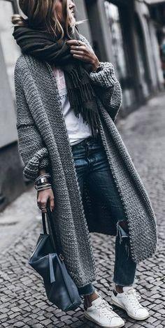 Maxi cardigan cinza Calça jeans Tênis Blusa branca Manta preta