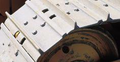 Partes de la oruga. Conocidas por su capacidad de maniobrar sobre superficies inaccesibles para otros equipos, las orugas proporcionan movilidad a varios equipos pesados desde tanques militares a excavadoras. El primer vehículo con oruga fue el transporte de troncos lombardo, que se patentó en 1901. Catterpillar Corporation se especializa en maquinaria con tracción ...