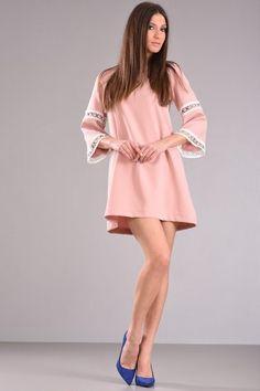 8ec8186a0ad Φόρεμα πάνω από το γόνατο σε άλφα γραμμή με τρουακάρ μανίκι λίγο καμπανα  και διακοσμητική δαντέλα με φερμουαρ στην πλάτη σε ροζ χρώμα από κρεπ  ύφασμα με ...