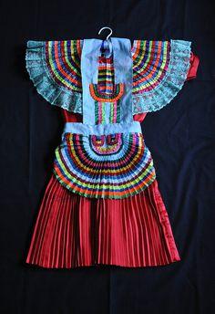 """""""folk - maya dress and apron mexico by teyacapan, via flickr"""" MUY parecido al de las nahuas de la montaña de Guerrero"""