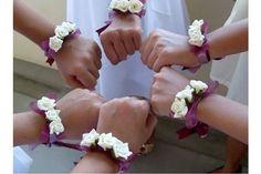 Idea originale per damigelle: fiori da polso