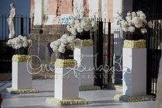 Wedding in Sorrento and Amalfi Coast. Romantici addobbi floreali attendono la sposa all'ingresso della chiesa. | Cira Lombardo Wedding Planner