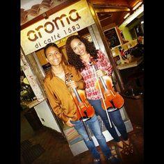 Gracias a @will_ale26 por compartir su talento junto a nosotros. . regram @will_ale26 Una tarde de aguinaldos y villancicos en @aromadicaffe   #Musicians #violinist #Composer #violist #duo #Siblings #happychristmas #instagood #photo #Cute #photooftheday #music