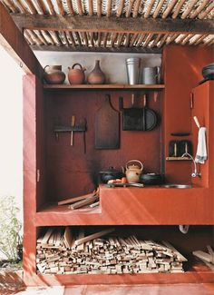 """O dia do designer Paulo Alves começa com o cheiro de café vindo do fogão a lenha no terraço. """"É como cozinhávamos em minha casa, no interior"""", diz. O fogão é aceso todos os dias, no café da manhã e no almoço, e é alimentado pela madeira descartada da marcenaria de Paulo."""