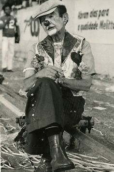 Folião fantasiado de palhaço descansa durante o carnaval de 1983.