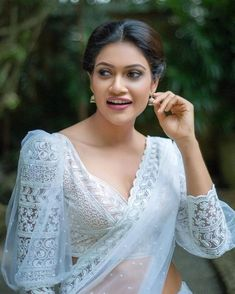Indian wear Outfit-Idee zum Abschied: - Fernweh-Mode Bathroom From Over The Moon. Saree Blouse Neck Designs, Saree Blouse Patterns, Fancy Blouse Designs, Designer Blouse Patterns, Designs For Dresses, Sari Blouse, Saree Jacket Designs Latest, Traditional Blouse Designs, Lace Saree