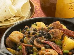 Scharfe spanische Wurst (Chorizo) mit schwarzen Bohnen und Kartoffeln ist ein Rezept mit frischen Zutaten aus der Kategorie Wurzelgemüse. Probieren Sie dieses und weitere Rezepte von EAT SMARTER!